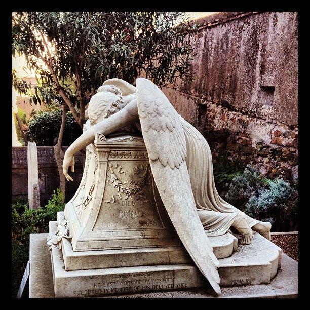 """Come spesso capita ai luoghi di sepoltura di cultura cristiana non cattolica, questo è un luogo tutt'altro che cupo. Nel 1887 lo scrittore britannico Oscar Wilde visitò il cimitero e lo definì """"il luogo più sacro della terra"""". Questo posto ha colpito anche l'immaginazione di Henry James, che venne qui a dare l'estremo saluto allo scultore, suo amico e amante, Hendrik Christian Andersen, e in quell'occasione scrisse: """"Una mescolanza di lacrime e sorrisi, di pietre e di fiori, di cipressi in…"""