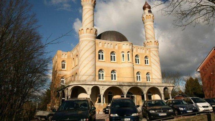 Im Erdkunde-Unterricht eines Gymnasiums stand der Besuch einer Moschee an. Doch ein Schüler wollte das Gotteshaus nicht betreten. Die Staatsanwaltschaft prüft nun, ob die Eltern Bußgeld zahlen müssen.