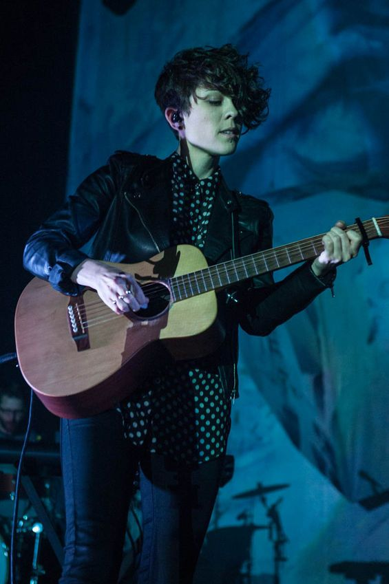 Tegan and Sara at Club Nokia....I think they are the sexiest with their guitars in hand....