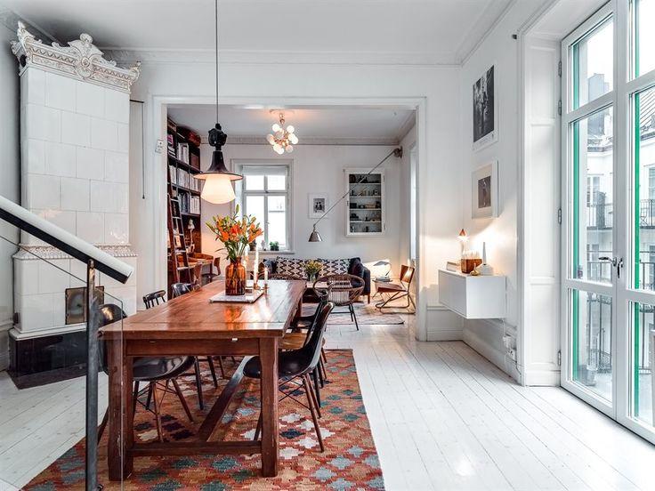 Rustic table, kelim rug, white floors, kakelugn, stallfönster, kelimmatta – Husligheter