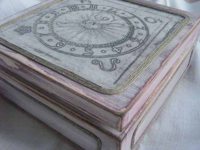 Pudełko postarzane z grafiką zegara ratuszowego, nakładaną metodą serwetkową.