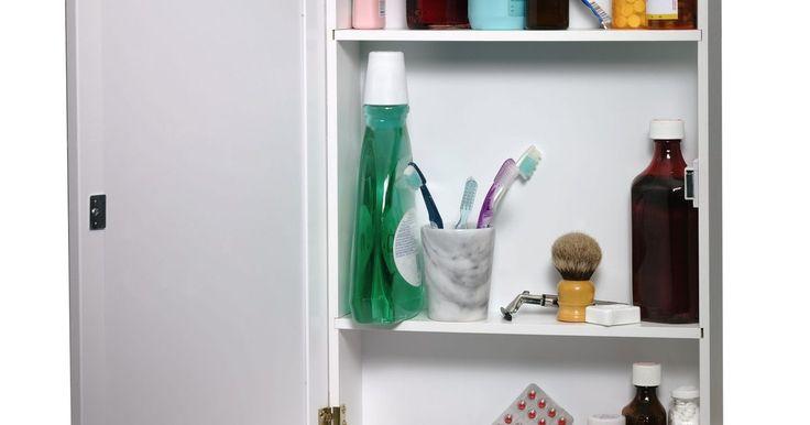 Cómo construir un botiquín de pared con espejo. Un botiquín de pared ofrece amplio espacio para medicinas y artículos de cuidado personal, manteniéndolos detrás de un atractivo y funcional espejo. Aun cuando muchos de estos gabinetes están construidos dentro de una pared, tú puedes construir uno de una forma simple y barata con artículos comunes.