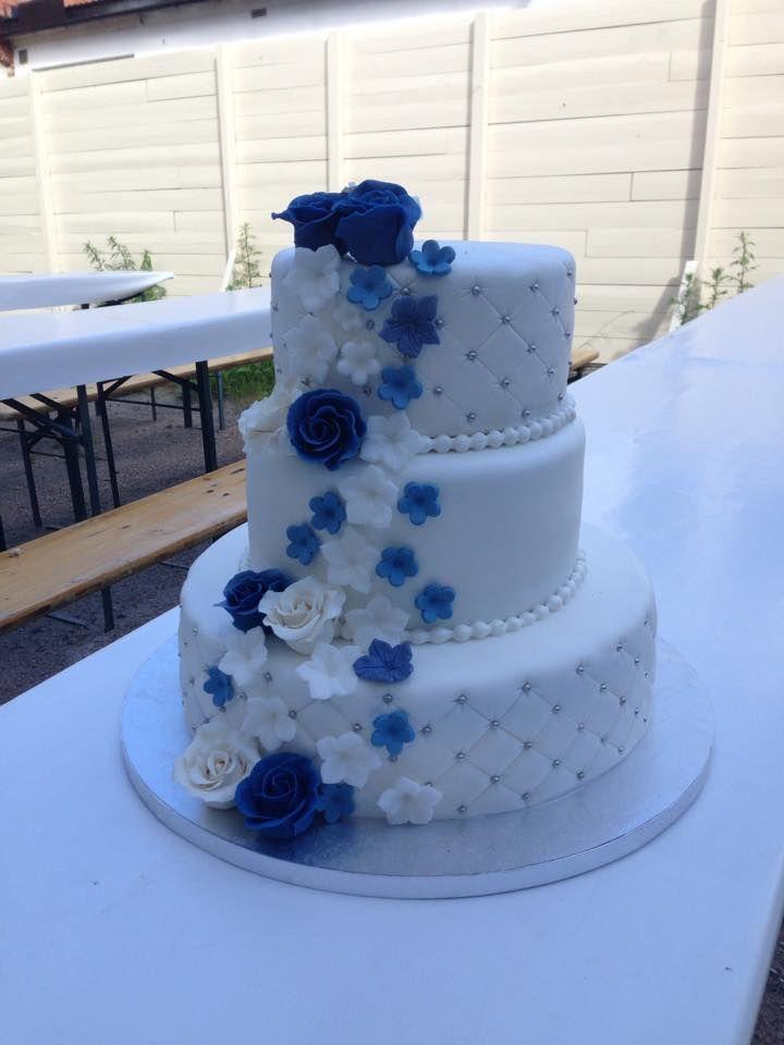Bryllupskake i 3 etg med blått tema. Sjokoladekake med sjokoladekrem. Pris 3900,-