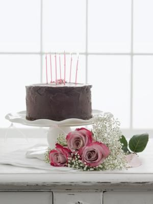 How to Frost a Cake Without a Rotating Stand