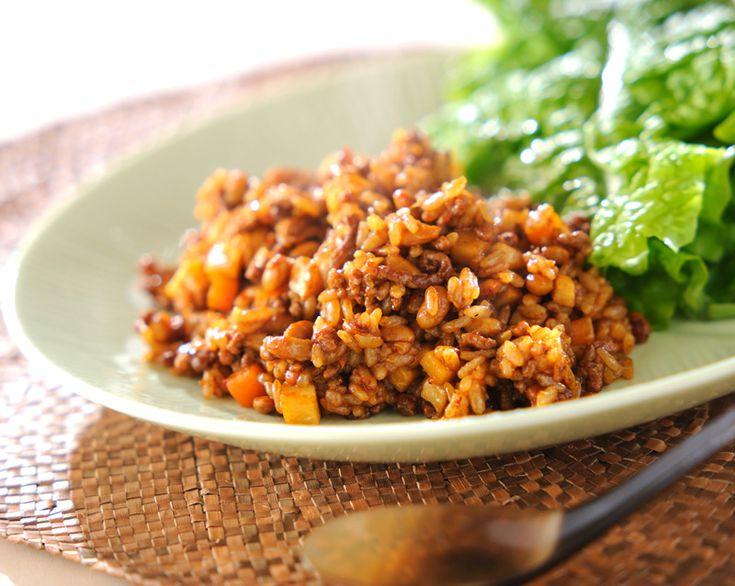 ピリ辛の肉納豆チャーハンをサンチュに包んで召し上がれ!納豆は熱湯をかける事でねばりが押さえられ、食べやすいですよ!肉納豆チャーハンのサンチュ包み/横田 真未のレシピ。[中華/米料理(チャーハン等)]2010.03.31公開のレシピです。