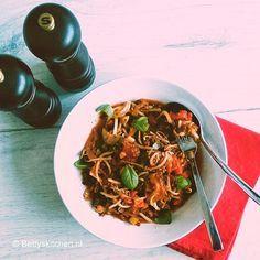 Taughetti is een gezond en slank alternatief voor pasta! Vervang de pasta simpelweg door tauge en serveer met deze heerlijke, simpele Bolognesesaus!