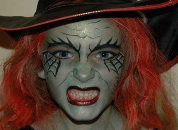 le  maquillage de sorcière de Halloween en rouge