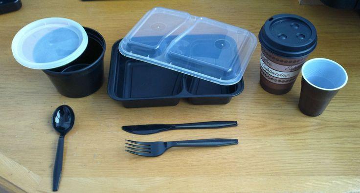 SD Comfort включает в себя:  - круглый контейнер с крышкой для первых блюд 500 мл - прямоугольный 2-х секционный контейнер под вторые блюда  Обо контейнера может храниться с пищей в холодильнике (-18С), а так же для подогрева в микроволновой печи (+121С). Многоразового использования  - бумажный утолщенный стакан с крышкой для горячих напитков 500 мл - пластиковый стаканчик для напитков 250 мл - экстра прочные столовые приборы - ложка, вилка и нож