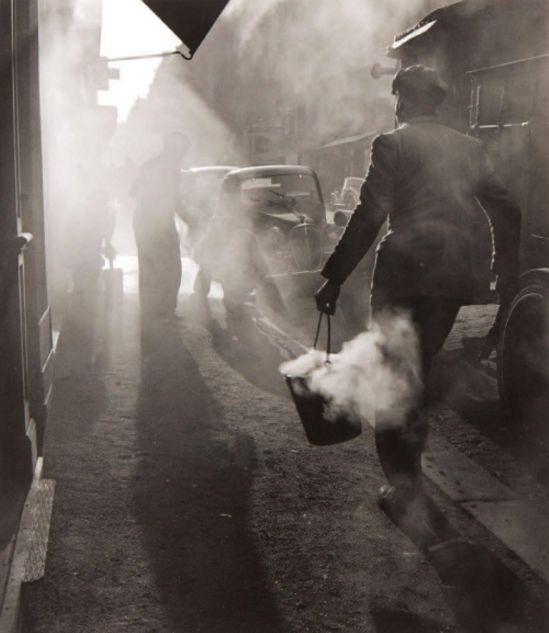 Edouard Boubat. Les goudronniers, Paris, 1948