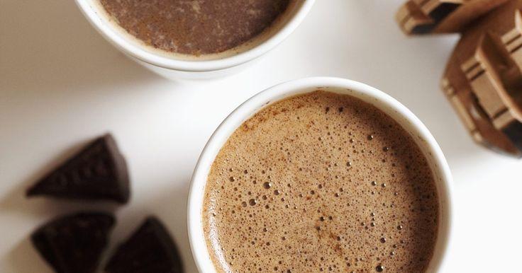 Cómo cocinar con granos puros de cacao. Si no fuera por los granos de cacao no existiría el chocolate. Los granos de cacao comerciales estarán fermentados pero no tostados, los granos sin tostar tienen una piel jaspeada. Este paso es necesario por dos razones: para cocinar los granos y separarlos de su cáscara y para matar las bacterias que son necesarias para la fermentación. Es ...
