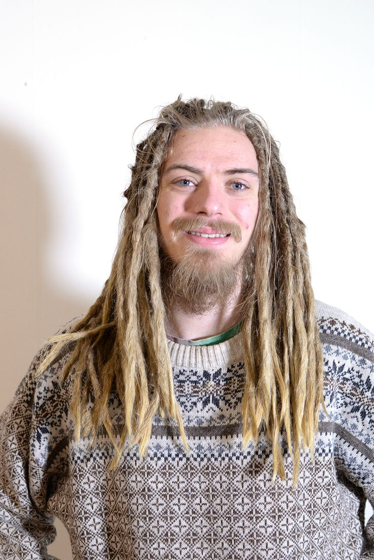 This is Simon, his dreadlocks were a few years old when he came to me to get some dreadlovin just before xmas. We had a nice chat about his dreams about becoming self sufficient and living another type of life than the stress that can be in a big city.