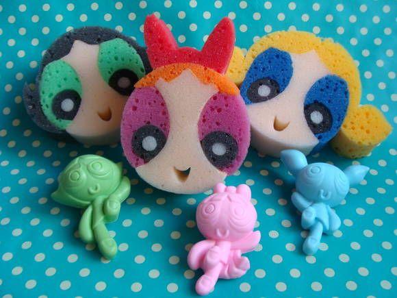 Chegou o trio que tem super poderes, as MENINAS SUPER PODEROSAS!  O kit das Meninas Poderosas vai encantar a festinha da criançada e o banho ficará mais alegre e poderoso!!!    A FLORZINHA (rosa) é a líder das meninas com uma perfeita combinação de inteligência, beleza e força!    A LINDINHA (azul) é a mais sensível, as borboletas são as coisas mais lindas para ela, mas muito cuidado com ela!!    A DOCINHO (verde) quer sempre ser a mais forte e a pior coisa para ela é ter que usar vestido…