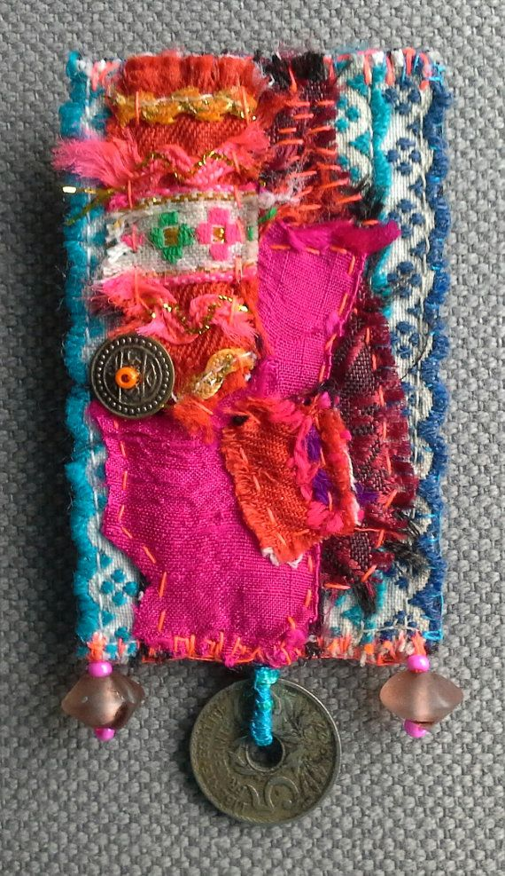 Broche/Médaille textile tonique. Patchwork hardiment par VeronikB
