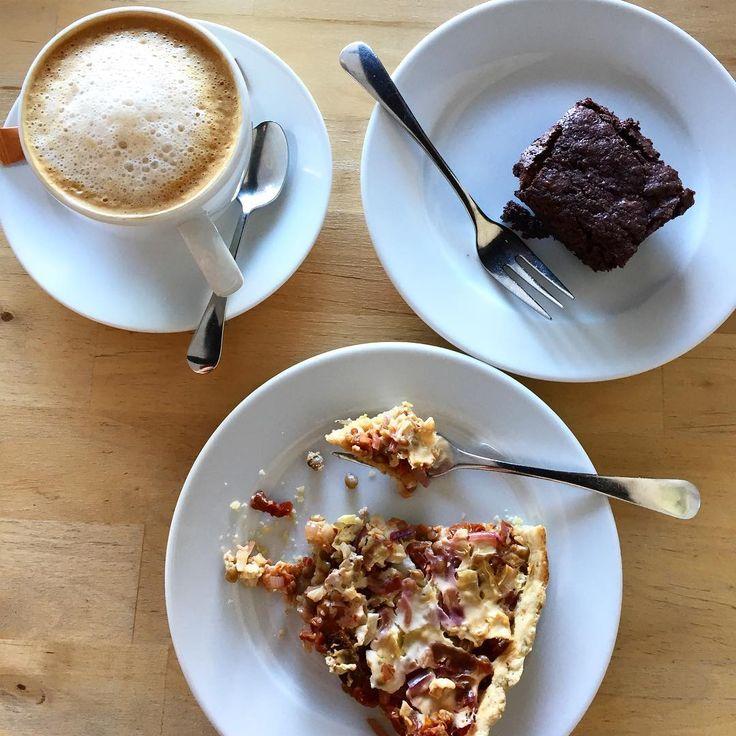 Niin se maailma muuttuu - Raahessaki voi nauttia kahavilassa vegaanisesta tarjonnasta! 😍 linssipiirakkaa, brownieta ja mantelimaito-capuccinoa Hipussa 😊 #vegansaltypie #veganbrownie #almondmilkcappuccino #choosevegan #crueltyfree #kahvilahippu