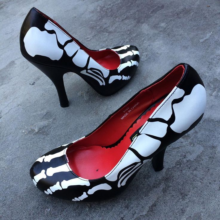 """865 To se mi líbí, 18 komentářů – Sinister Soles (@sinistersoles) na Instagramu: """"Skelton print heels! 💀 And they glow in the dark! ❤️ Search Xray at SinisterSoles.com to shop.…"""""""