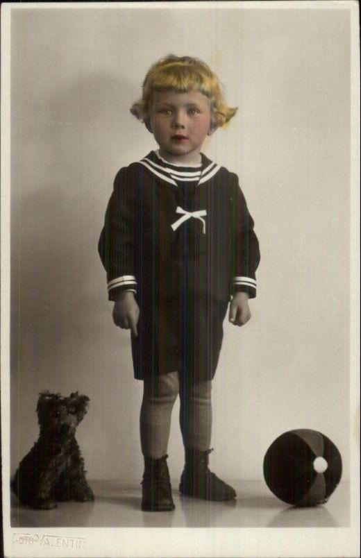 Ребенок-маленький мальчик с собакой чучела и мяч-игрушки тонированные реальные фото открытка отважные | eBay
