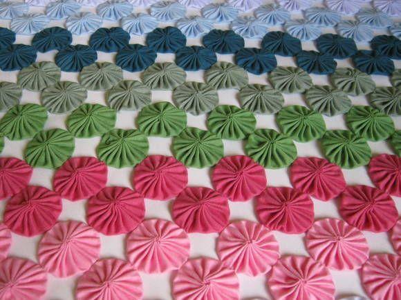 colcha de fuxicos queen size colorida,confeccionada em tecido poliester viscose nas cores: sândalo, folha, branco, azul bb, capri, grama e chiclete.