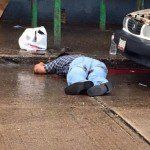 Regeneración, 03 de noviembre 2015.-Rodolfo Zapata Carrillo, activista y litigante del puerto de Coatzacoalcos, fue ejecutado a balazos esta mañana afuera de un taller mecánico, muy cerca de las instalaciones de la Cruz Roja y a unos cuantos metros de un destacamento de la Policía Naval. Zapata