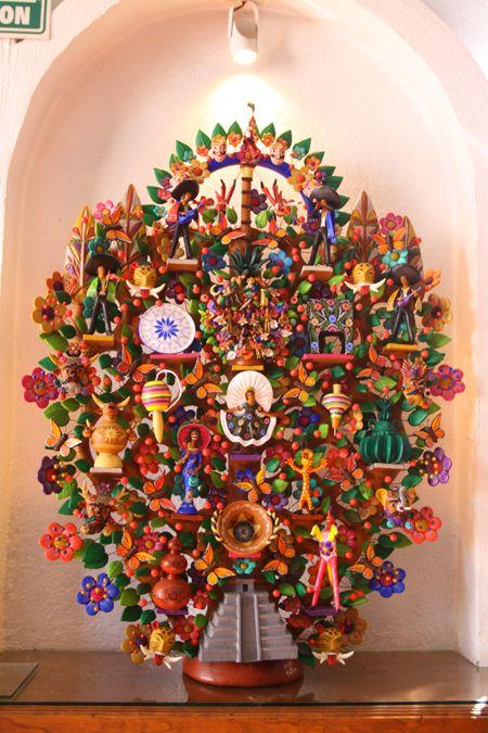 árbol de la vida, escultura de barro que representa la creación segun pasajes de la biblia. Originalmente elaborada en Puebla, pero popularizada en Metepec México.