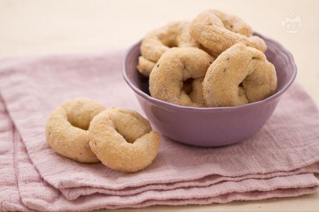 I biscotti al vino sono deliziosi dolcetti fatti con farina, zucchero, olio e vino. Vengono aromatizzati da semi di anice e guarniti con zucchero.
