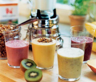 Smoothie, en frestande dryck av frukter och bär. Välj efter smak bland hallon, blåbär, kiwi och mango. Tillsammans med vaniljyoghurt och banan blir smoothies både nyttiga och mättande mellanmål.