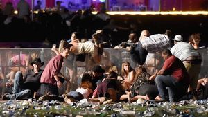 UPDATE 13.54 uur - Bij de schietpartij op de wereldberoemde Strip in Las Vegas zijn meer dan vijftig doden en meer dan 200 gewonden gevallen. Dat heeft de lokale politie bevestigd. De vermoedelijke schutter is gedood. Hij zat in een hotelkamer op de 32e verdieping van het Mandalay Bay-hotel toen hij het vuur opende op een massa mensen. De dader handelde alleen.