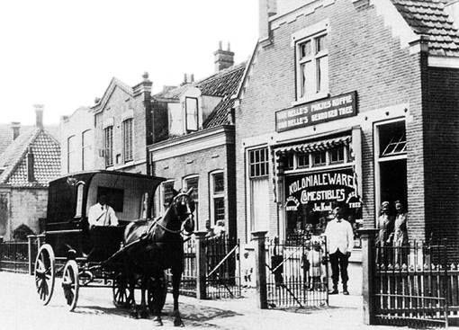 Bergse Dorpsstraat te Hillegersberg,1920. Rechts de winkel van Jac. Kool in koloniale waren en comestibles. De Bergse Dorpsstraat is de voornaamste straat in de kom van het voormalige dorp Hillegersberg. Voor de annexatie heette deze alleen Dorpsstraat. De foto is van vandeneijk.com