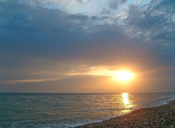 Закат солнца над морем перед грозой.