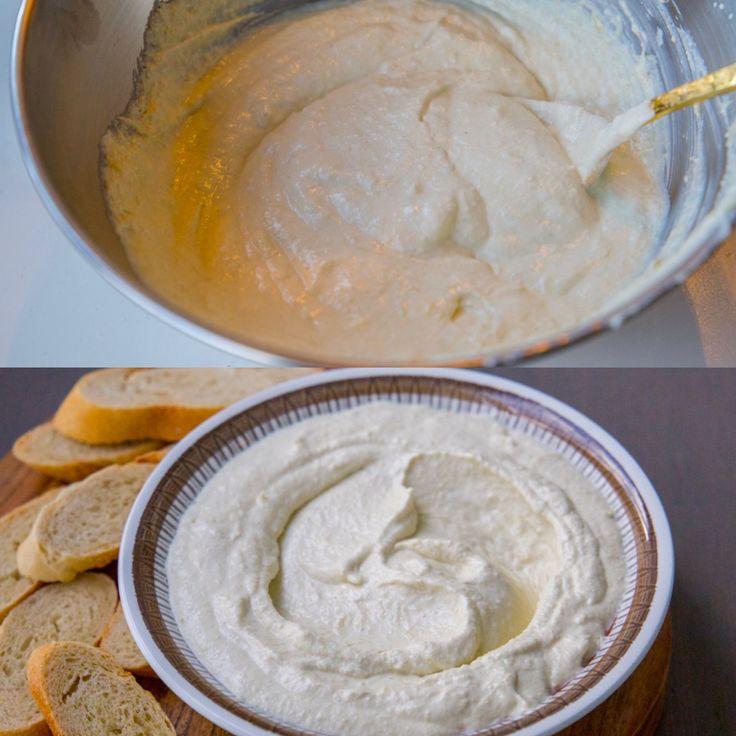 Smarrig fetaostdipp med kronärtskocka, citron och vitlök. Ljuvligt att doppa grönsaksstavar eller bröd i röran. Passar även utmärkt att serveras som tillbehör vid maten, särskilt vid grillat eller med ugnsbakade rotfrukter. Du hittar även recept på fetaostkräm HÄR! och HÄR! 1 skål fetaostdipp 1 burk kronärtskockshjärtan (ca 225 g) 150 g fetaost 1 vitlöksklyfta 0,5 citron 2-3 msk creme fraiche (även turkisk yoghurt funkar bra) Salt & peppar Förslag på garnering (valfritt): Olivolja 1 tomat...
