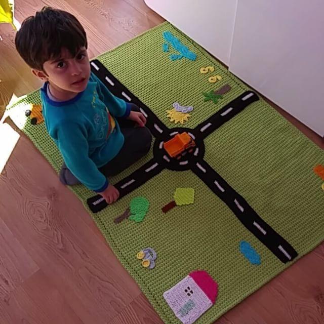Başar'la bir selam verelim dedik.Eğitici,ögretici sevimli oyun halımızı iftiharla sunarız😂Tüm gün üstünde oynadık kendi oyuncaklarımızı yerlestirdik evlerin agacların yanına parkettik legolarla yeni evler inşa ettik.Anlayacağınız biz çok eglendik.Aynı zamanda battaniye olarak da kullanabilecegimiz oyun halımızdan siparis vermek isterseniz dm den ulaşabilirsiniz. ⭐⭐⭐⭐ Tasarımı bize aittir! #oyuncak #tasarım #hali #halı Yarn👉@spagettiyarn barbante
