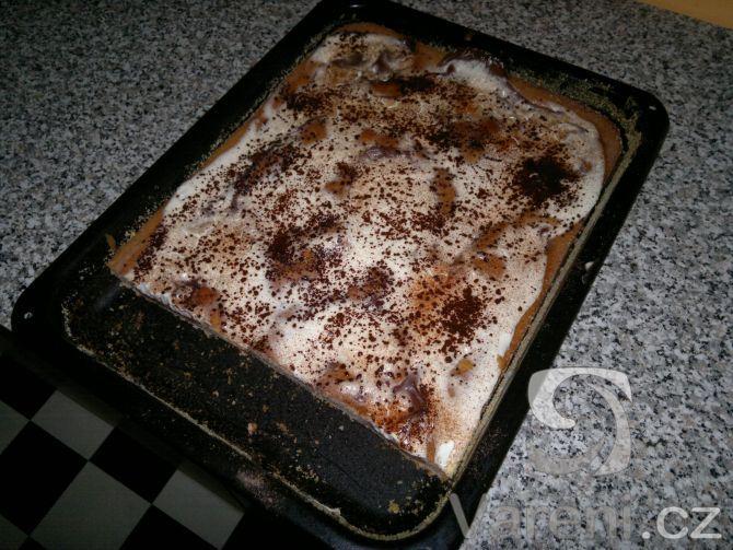 Lehký koláč s kysanou smetanou a pudinkem.