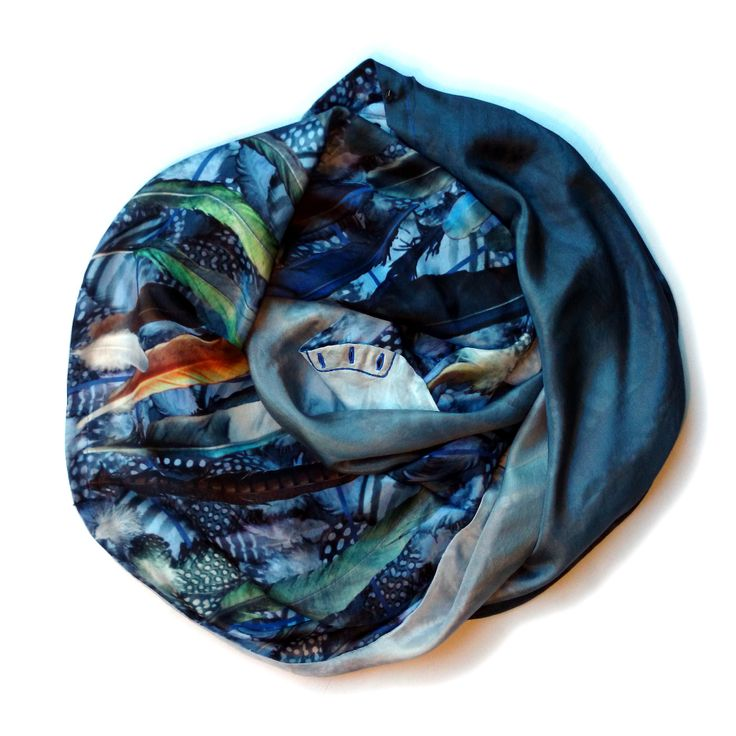 You will feel you have your own wings with this printed scarf. On one side, an assorted set of feathers is displayed, some of them even have natural stripes or dotted patterns, and are digitally coloured in beautiful shades of azure. On the other side, a simple but elegant gradient print, from dark indigo to a very light shade of Alice blue. It has one set of small hexagonal metal buttons, in antique silver.