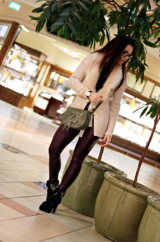 jesienna stylizacja z legginsami i futerkiem