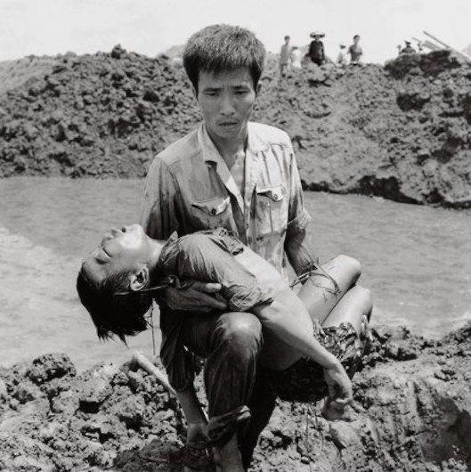The man carrying the body of a boy after a US bombing down Haiphong month 8/1972.  http://baobaovephapluat.vn/tin-anh/201504/chien-tranh-viet-nam-va-nhung-hinh-anh-rung-dong-the-gioi-2410622/