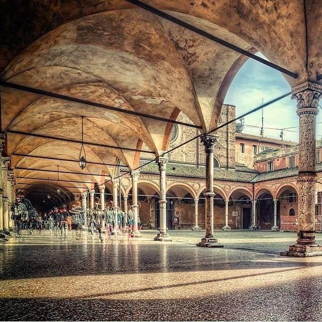 Bologna, il portico dei Servi,  foto di @gokhanyontem