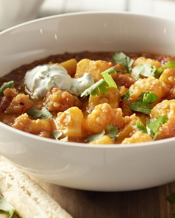 Dahl is een typisch gerecht uit de Indische keuken. Het is een geurige linzencurry, meestal vegetarisch, met heerlijke groenten erbij, zoals hier met pompoen.