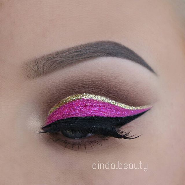 Bright Pink Makeup Look with a glittery Cut-Crease  Day 41 of #100daysofmakeup   I used: ⚡Brows ◾@anastasiabeverlyhills #DipBrow Pomade in 'Taupe' + 'Medium Brown' ⚡Lashes ◾@houseoflashes in #IconicLashes ⚡Eyeshadows ◾@tartecosmetics Tartelette in Bloom Palette ◾@morphebrushes 35U Palette pink eyeshadow (inner lid) ⚡Eyeliner ◾@sigmabeauty Line Ace in Legend ◾@tartecosmetics Tarteist Clay Paint Liner (to tideline) ◾@lasplashcosmetics Eyeshadow Sealer as a Base for the