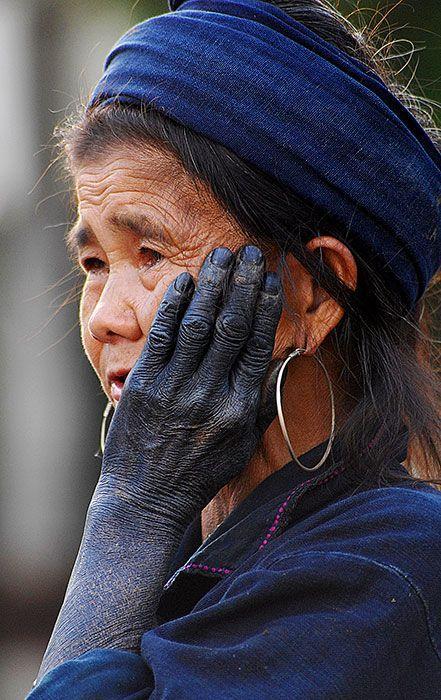 femme hmong teinture indigo
