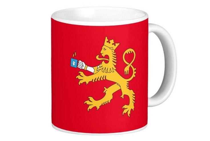 """Suomileijonakin juo kahvinsa suomalaisen tapaan muumimukista. Tämän kausimuumimukin nimi on """"leijonaa mulkoileva muumipeikko"""". Mukissa kuva molemmin puolin.  http://bit.ly/suomileijonan-muumimuki  #muumimuki #leijona #suomileijona #suomi #suomainen #finland #kahvimuki #lahjaidea"""