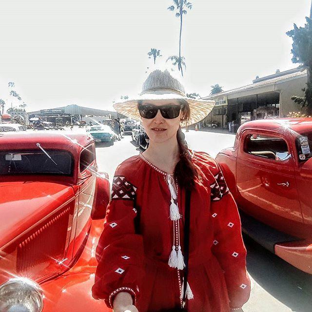 #девушкавкрасном, вы так прекрасны!  Самый популярный цвет автомобилей для жизни в Калифорнии - белый. Он достаточно заметный, элегантный и отражает солнечные лучи. Это мой любимый цвет - цвет богатства и роскоши, как я считаю. Ну в самом деле, только обеспеченные люди, располагающие средствами на химчистку, могут позволить себе белую одежду. Пальто, например. Или машину.🤗 так я думала в Украине. Здесь же белый цвет считается самым практичным! Очень много детской белой одежды, повсеместно…