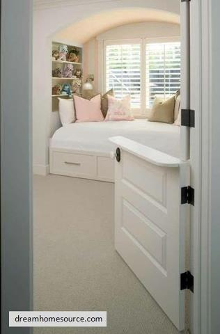 Dutch door instead of a baby gate, cool !