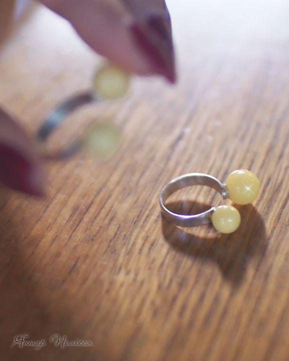 Оригинальное и стильное авторское кольцо с янтарными шариками
