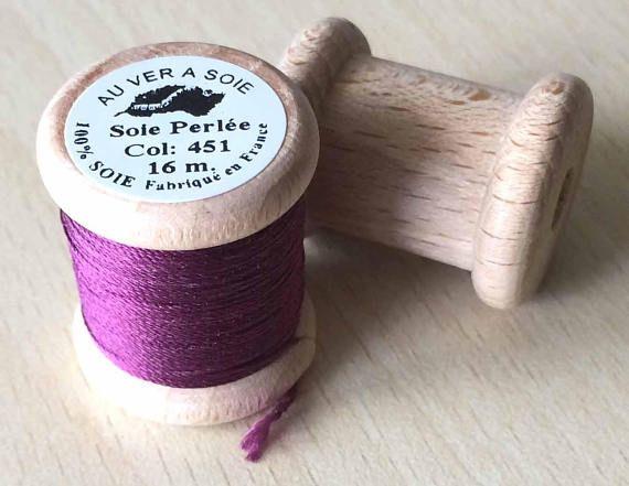 Très belle soie perlée fine de la marque Au ver à soie, fabriquée en France. Assemblage de 3 brins retordus, la soie perlée est très agréable à utiliser pour tous types de broderie. Très douce, souple et brillante, pour tous les points de la broderie traditionnelle (le point de