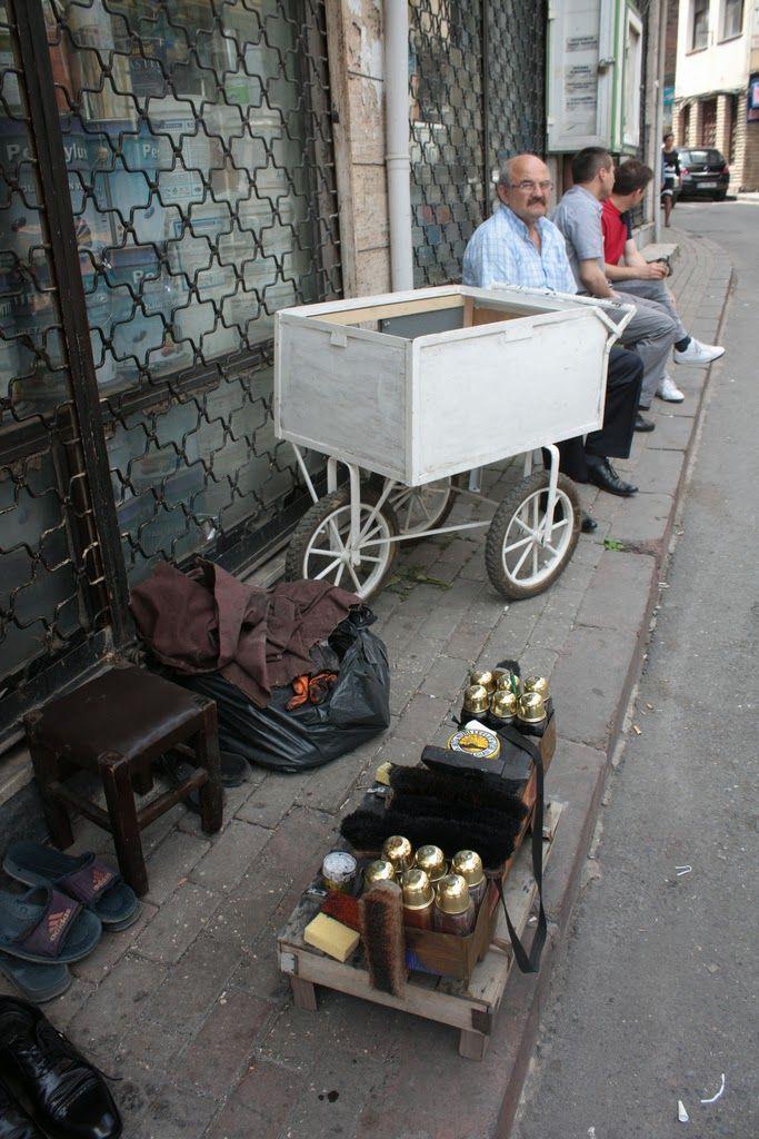 """""""...un lustrascarpe all'angolo della Cumuhuriyet Caddesi, ad Istanbul, colpì la mia immaginazione"""""""