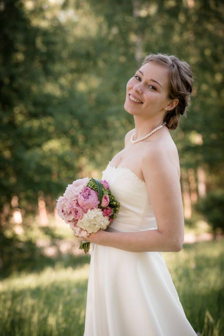 Wedding bouquet. Design by Elina Mäntylä, Valona Florana (Valona design) www.facebook.com/Valona.design Photo by Studiopyy