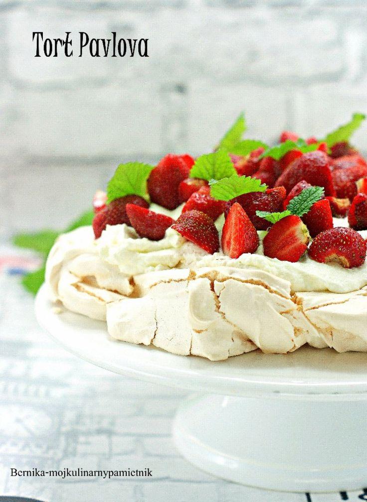 Pavlova with strawberrys