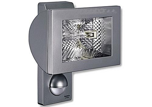 """Lampa halogenowa z czujnikiem HS 502 Steinel  - srebrna W niektórych pomieszczeniach użytkowych """"zwykłe"""" lampy często nie dają odpowiedniej jasności. Dla takich zastosowań firma STEINEL skonstruowała reflektory halogenowe z czujnikiem ruchu HS 502 i HS 152 XENO. Subtelnie zaokrąglone fronty podkreślają zawsze modny, elegancki wygląd zwartych konstrukcyjnie reflektorów. Obudowa reflektora, oprawka i uchwyt naścienny są wykonane z solidnego odlewu ciśnieniowego aluminium. $161"""