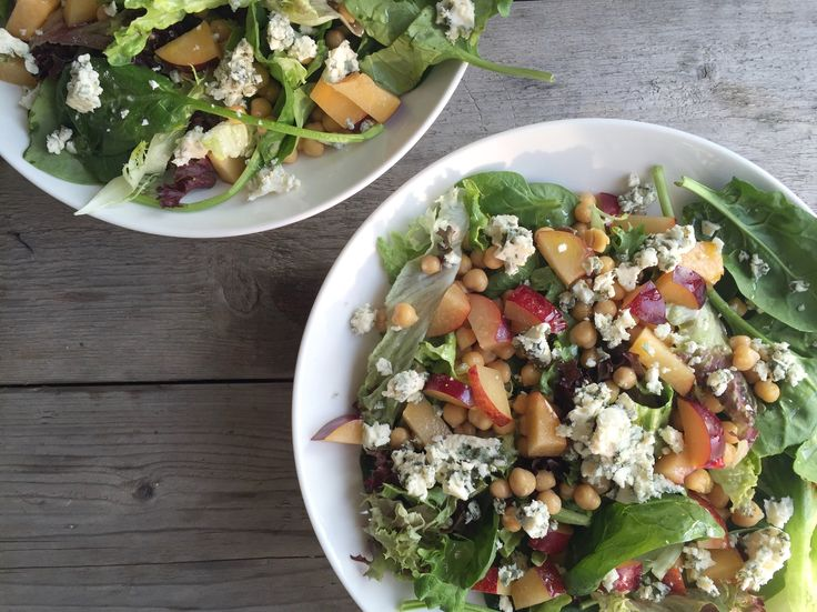 Groene salade met blauwschimmelkaas, honing en perzik (Beaufood)