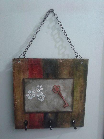 Porta chaves em madeira reciclada, técnica demolição, detalhe da chave em chipboard e flor em alto alto relevo.