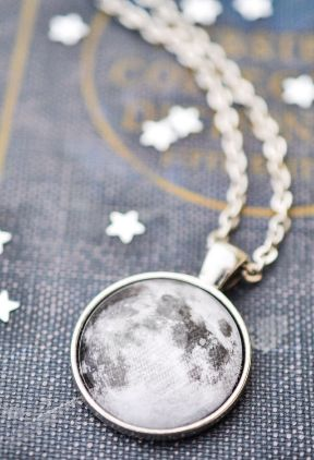 This 24 inch chain boho necklace features a 1 inch pendant with a beautiful high quality moon print. The pendant has been sealed with a magnifying glass dome. All of our necklaces come packaged in a k